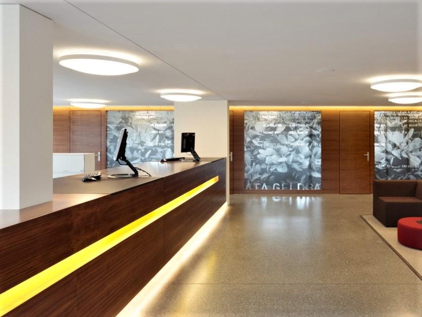 Referenz Innenausbau Empfang Bank Raiffeisenbank 1 e - Hüppi Schreinerei GmbH ¦ Gommiswald