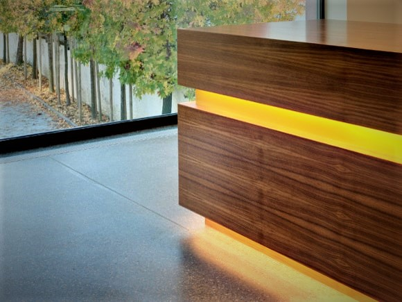 Referenz Innenausbau Empfang Bank Raiffeisenbank 1 g - Hüppi Schreinerei GmbH ¦ Gommiswald